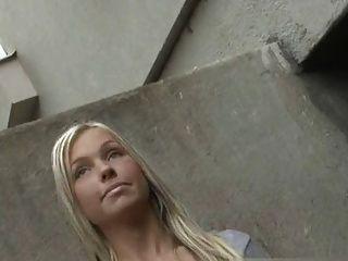 ملائكي فتاة الهزات شخص غريب في الشارع