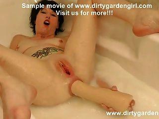 قبضة المطاط وهبوط في أنبوب حمام مع الحليب مشعرات الشرج