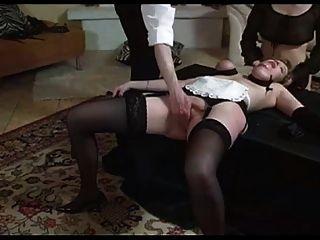 سيدة وخادمة مقيدة والإطباق في قبضة