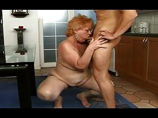 الجدة السمين يحصل على الوجه من صبي