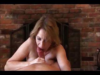 الأم يعطي بعض اليد والفم الإغاثة!