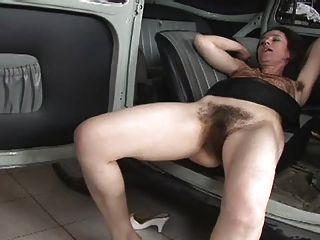 حقا مارس الجنس امرأة شعر على السيارة