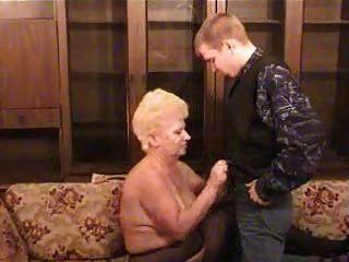 الجدة الروسية مع صبي