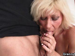 الجدة مارس الجنس من قبل شاب