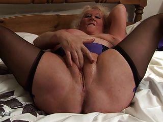 الجدة التدفق الكبير على سريرها