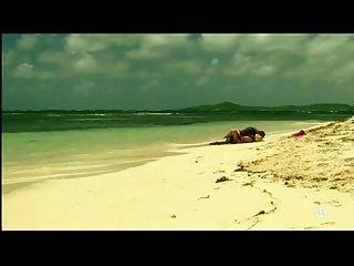 فتاة بيضاء شقراء مع الحبيب الأسود على الشاطئ بين الأعراق