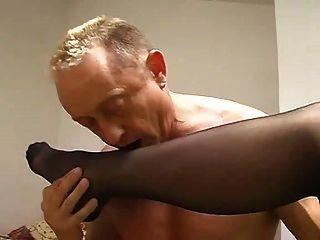 femdom الحمار النايلون القدم العبادة لعق يبصقون منفضة سجائر البشري