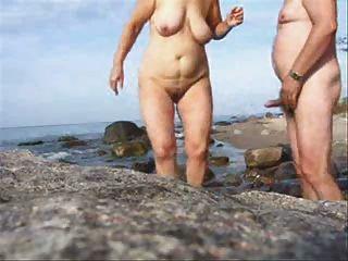 الجنس زوجين ناضجة على تويد ملابس الشاطئ