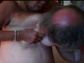 كبير الثدي ناضجة تقاسم الحلمات والحصول على مارس الجنس الكلب