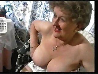 السمين يثير الجدة القديمة في جوارب