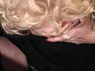 يلعب سيدة مع العضو التناسلي النسوي لها