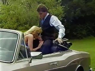 جبهة مورو شقراء مع كبير الثدي يمارس الجنس في السيارة