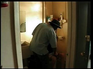 زوجة استغل من قبل الرجل الأسود في الحمام محطة الغاز