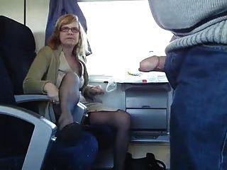 الزوجان ناضجة يلهون على متن قطار