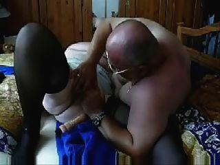 وقحة من العمر 73 عاما يلهون مع بعل