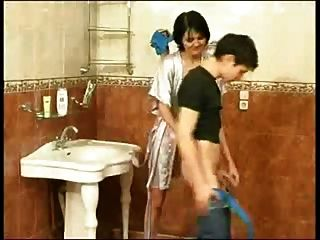 بالإصبع ويبدو لي غسل عمة