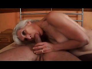رشيقة الجدة ذات الشعر الرمادي في الملاعين جوارب