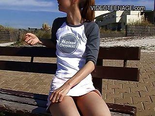 في سن المراهقة 18 سنة عارية على الشاطئ