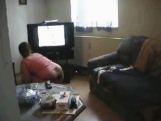 فتاة تنظيف المنزل ومشاهدة الاباحية في نهاية المطاف يستمني
