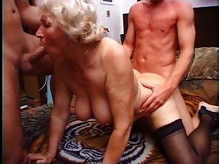 الجدة نورما ديه اثنين من الديكة للعب مع