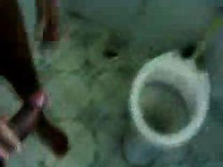 زوجان هنديان الهواة في الحمام