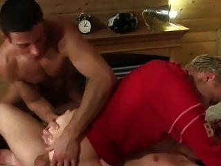 اثنين من اللاعبين يمارس الجنس مع صبي سرج