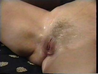ثلاثة مثليات المرضعات تضغط الحليب في أفواههم والهرات لعق