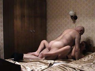 الرجل العجوز والفتاة pigtailed