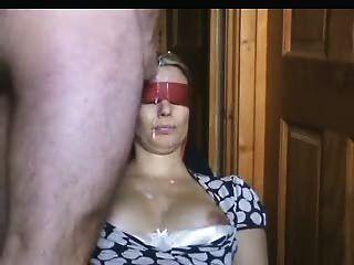 زوجة معصوب العينين يحصل على الكثير من Jizz التي على وجهها