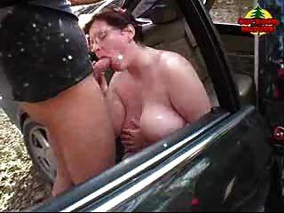BBW تحصل على نائب الرئيس على حلمته في السيارة