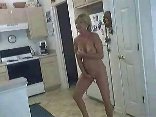 الكلبة في المطبخ