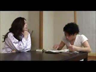 أمي اليابانية تدرب الشاب