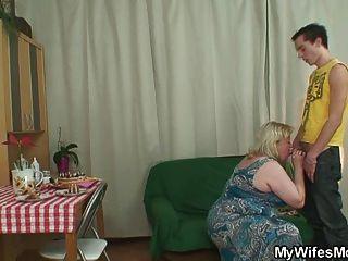 متعة عيد الميلاد شقي مع أمها