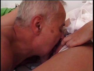 الرجل الأكبر سنا الملاعين ممرضة شابة