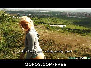 التقاطات العامة مثير عداء ببطء التشيكية الاشقر ديه الجنس في الحديقة