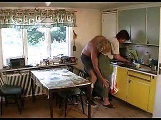 الملاعين الجدة في صالة ثم المطبخ