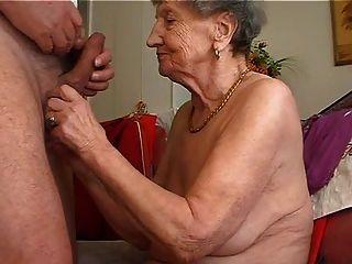 الجدة يحب أن يلعب الناي 1