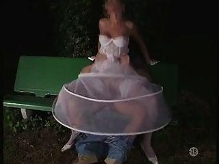 العروس في جوارب في الهواء الطلق