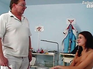 امرأة سمراء في سن المراهقة كس مشعر امتحان gyno منظار