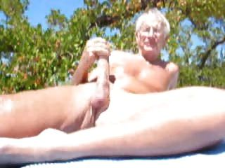 كبار السن من الرجال كومينغ على الشاطئ