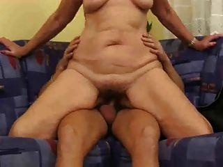 امرأة مسنة اللعنة صبي صغير