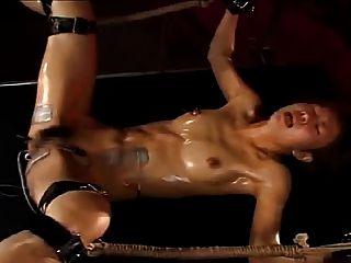 الفتاة اليابانية مارس الجنس لهزات الجماع عن طريق تحفيز كهربائي