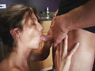 أمي يمارس الجنس مع الصبي في المطبخ