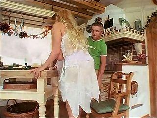 سيدة ناضجة الألمانية مع الثدي الطبيعي لطيفة