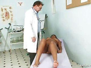 الأسود السمين امتحان مانويلا gyno من قبل الطبيب البالغ الأبيض