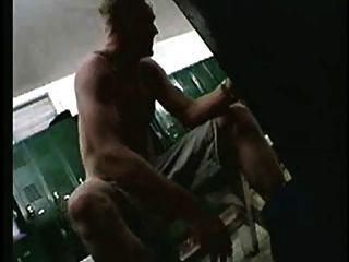 كاميرات تجسس في غرفة خلع الملابس للجيش