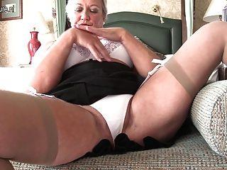 مثير سيدة بريطانية اللعب مع نفسها