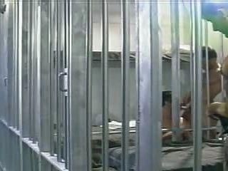 تحصل مارس الجنس الرجل المسجون من قبل اثنين من السجناء له، في زنزانة السجن.