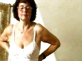 الجدة في تخزين dildoing بوسها القديم