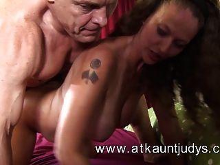 ممارسة الجنس مع امرأة ناضجة
